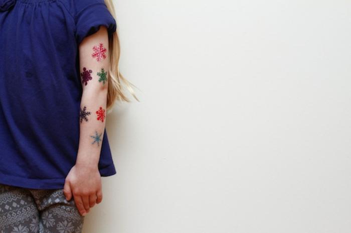adornos de navidad caseros, manualidades faciles para navidad, ideas para los pequeños tatuajes infantiles