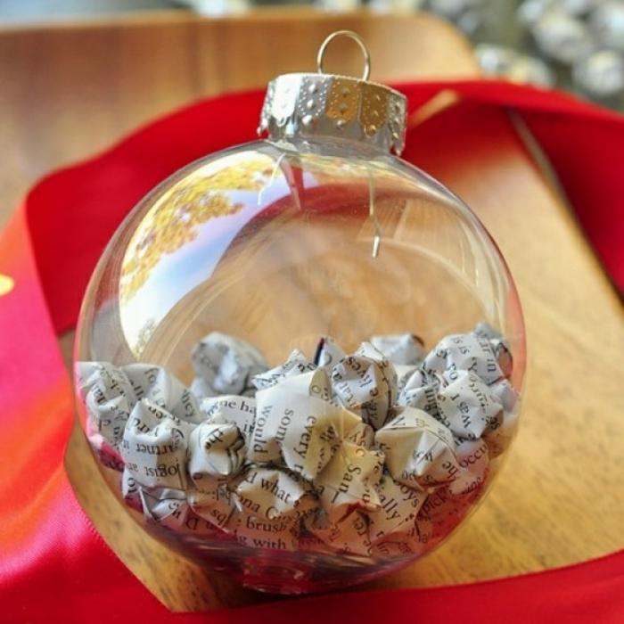 bola navidad, proyecto casero navideño fácil de hacer, bolas transparentes de vidrio llenas de pequeñas estrellas tridimensionales
