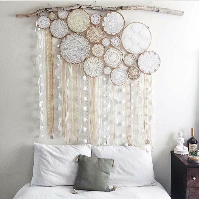 cabezales cama, bonita idea DIY, esferas de madera con cintas decorativas colgadas en madera rústical