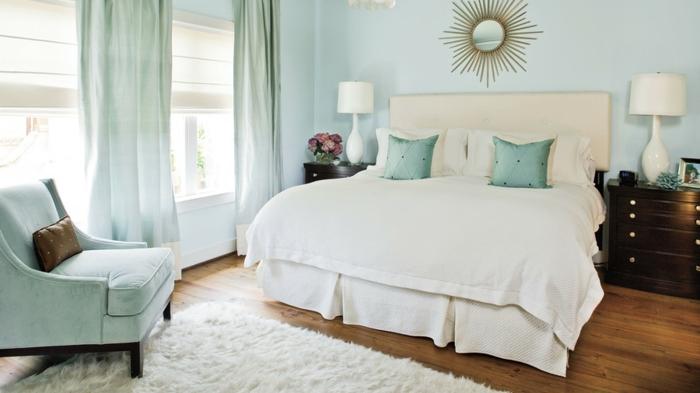 cabezales cama, propuesta con mucha frescura, habitación en colo azul bebé con detalles en blanco y cabecero en beige claro, elementos vintage