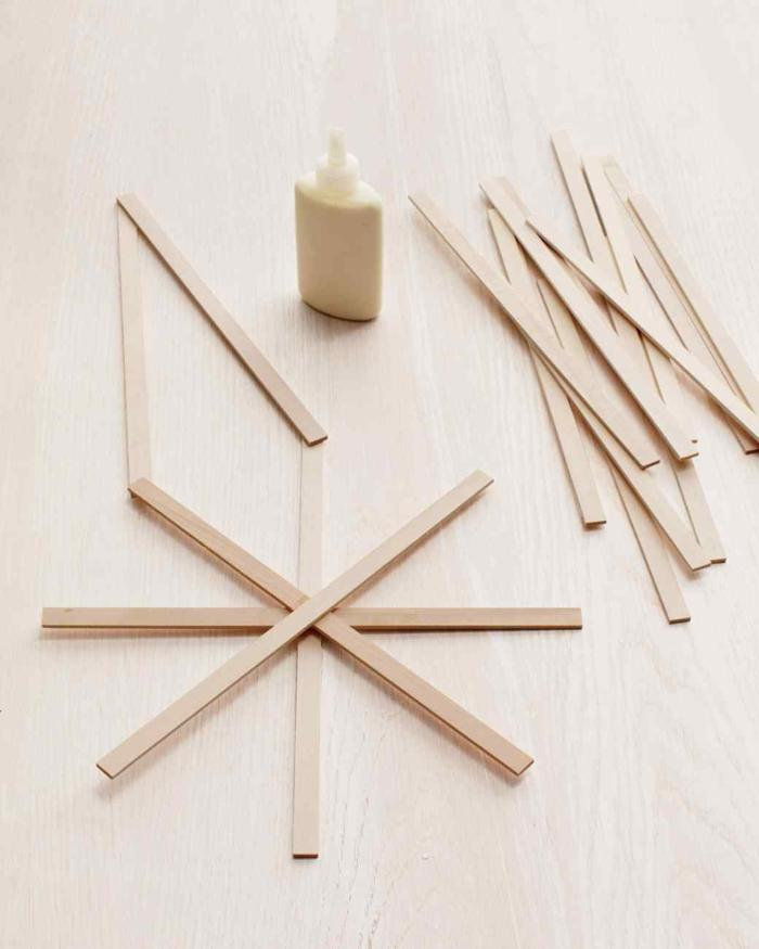 estrella de navidad, corona navideña en forma de estrella, materiales necesarios, palos de madera y pegamento líquido