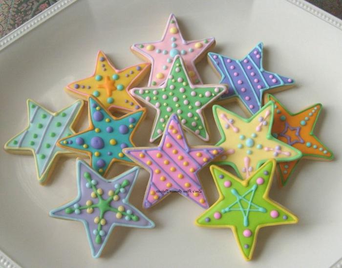 estrella de navidad, galletas navideñas en forma de estrella con decoración diferente en colores pasteles