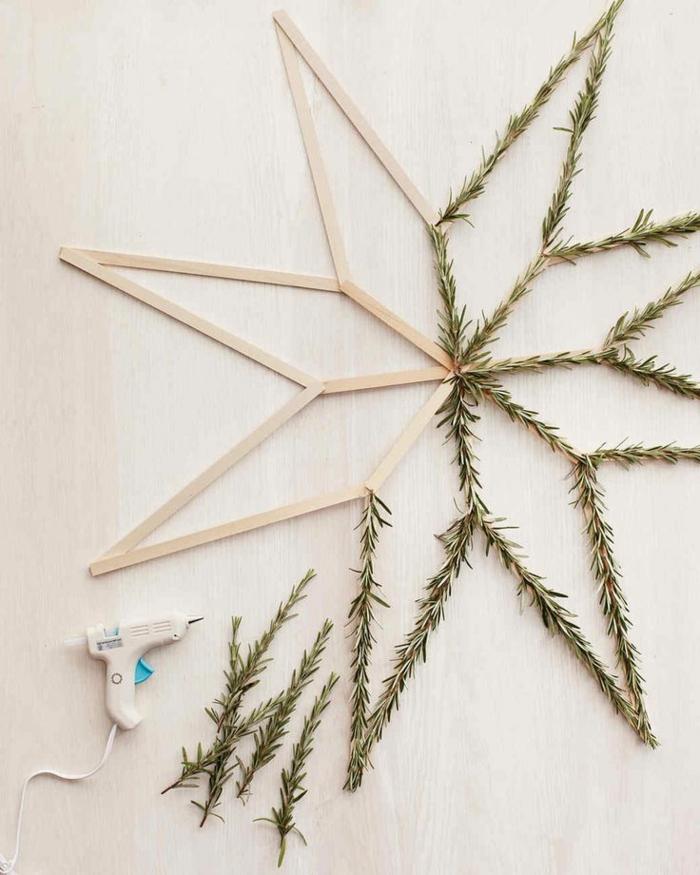 estrella de navidad, idea extravagante sobre corona de navidad estrella, hacer una forma de palos de madera y pegar las agujas de pino