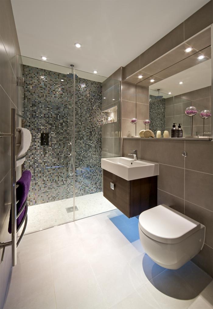 baños pequeños con ducha, baño con accesorios en púrpura, ducha de obra con puerta de vidrio, pared de gresite, espejo grande