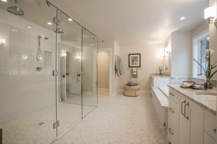 suelo para baños, baño grande beige con suelo de gresite, ducha de obra doble con mampara de vidrio, lavabo con encimera de mármol