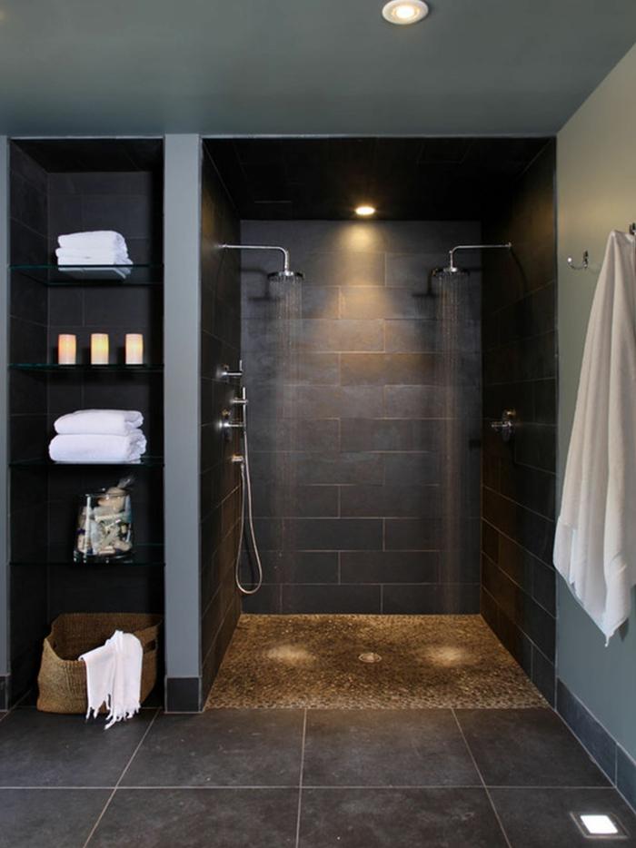 baños pequeños con ducha de obra, baño con baldosas, ducha de obra dobre sin mampara, estantería integrada con candelas y toallas