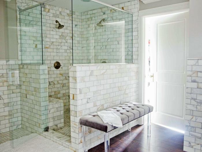 baños pequeños con ducha, baño con baldosas, ducha de obra con paredes parciales y mampara de vidrio, suelo laminado, banco tapizado
