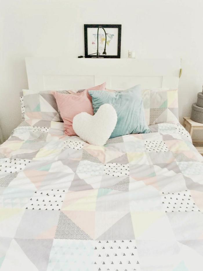 colores para habitaciones, cama matrimonio en habitación en blanco, cobijas con motivos de corazones, cojines decorativos en tonos pasteles