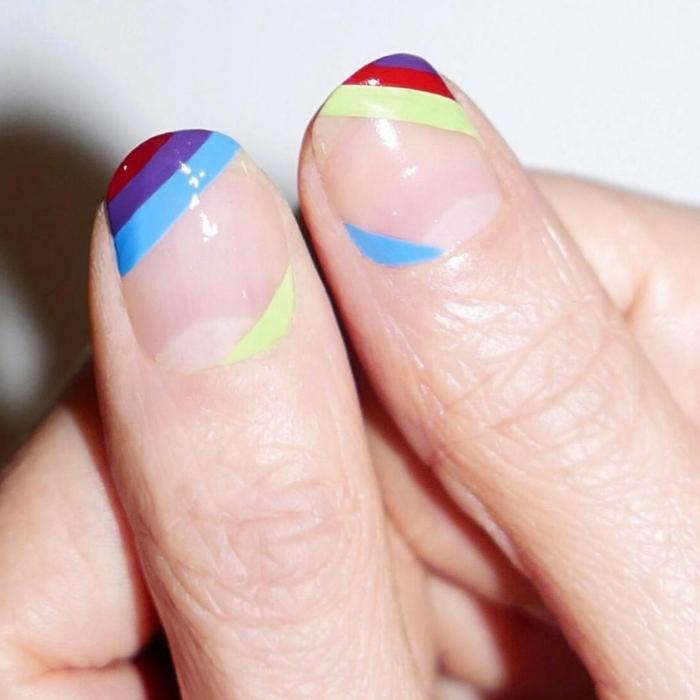diseño de uñas, decoración original para uñas en estilo minimalista, colores llamativos, rayas en azul, amarillo, lila y rojo