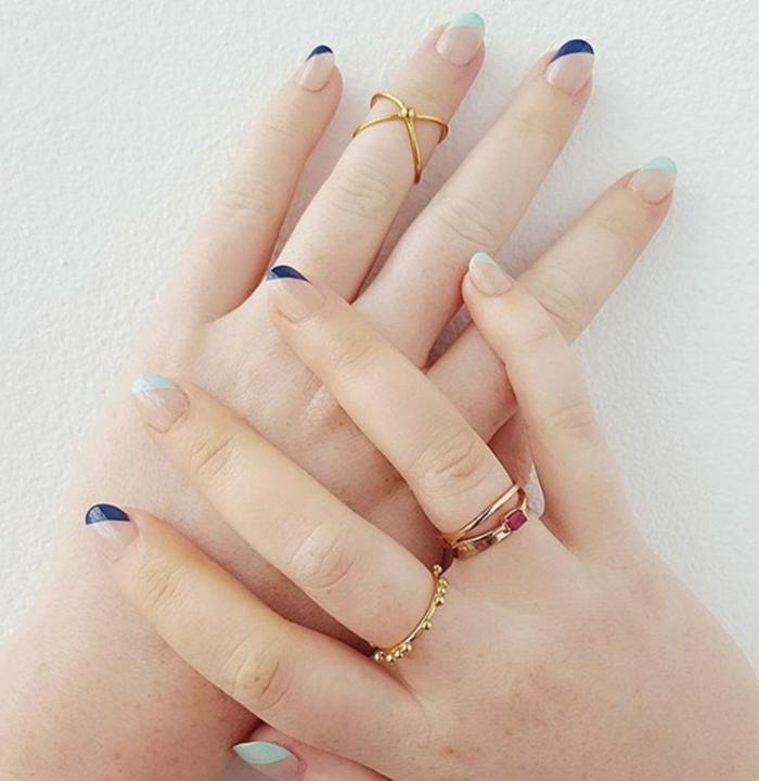 uñas de gel decoradas, uñas con esmalte transparente y decoración en las puntas en verde claro y azul