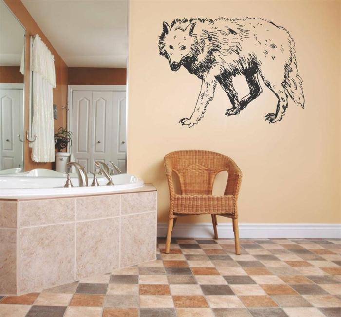 vinilos pared, idea de vinilo para baños, lobo negro sobre pared beige, cuarto de baño con bañera