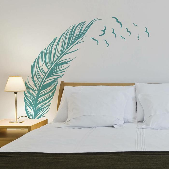 vinilos cocina, decoración pared dormitorio, vinilo verde de hoja de palmera grande en pared blanca sobre cama doble