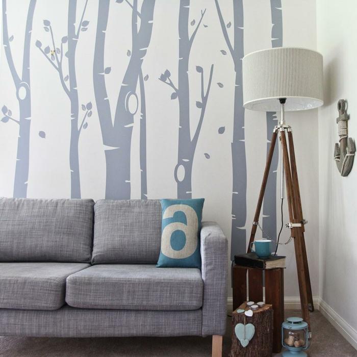 vinilos cocina, idea de vinilos con tallos de árboles en gris sobre pared blanca, sofá gris y lámpara