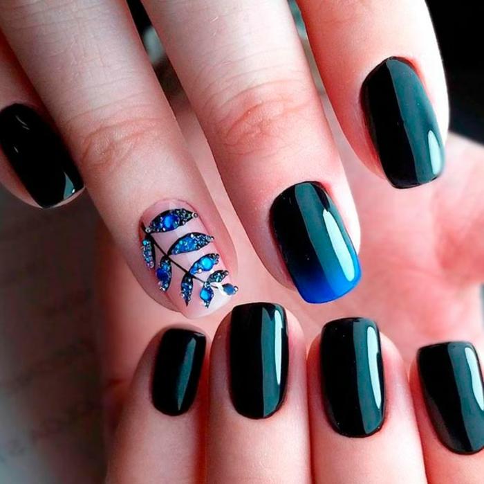 uñas de gel decoradas. preciosas uñas en combinación de negro y azul oscuro, dedo anular con preciosa decoración