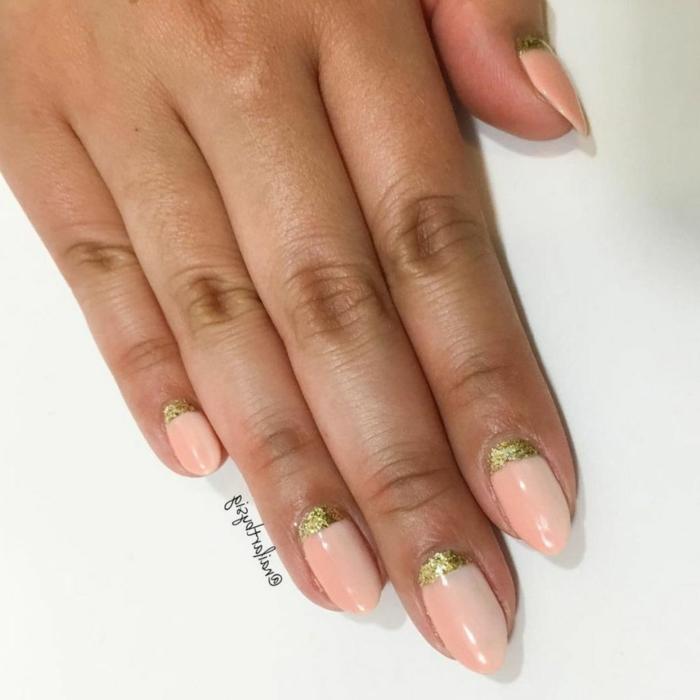 decoracion-de-uñas-uñas-cortas-ovaladas-con-esmalte-trasnparente-con-brillo-y-decoración-de-brocado-en-dorado