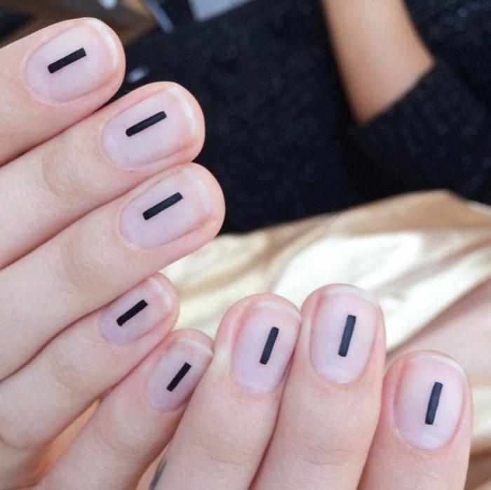 decoracion de uñas, diseño de manicura minimalista, uñas sin esmalte con rayas verticales negras