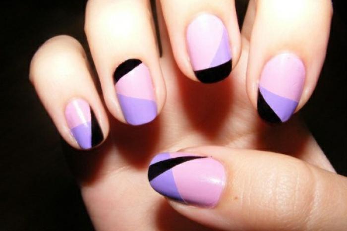 uñas de gel decoradas, precioso ejemplo de uñas en rosado, lila y negro, uñas de forma redonda