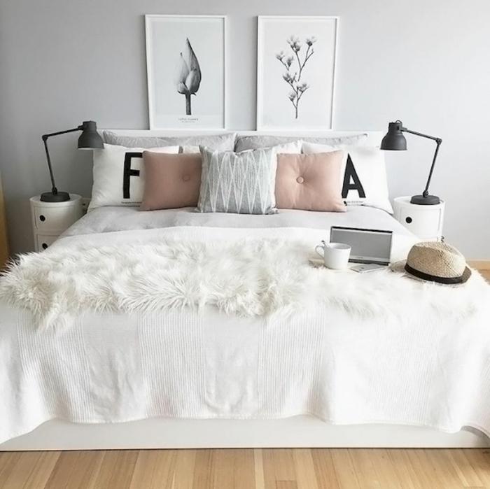 habitaciones de matrimonio, cama de matrimonio con cobijas blancas y accesorios en colores pastel, cuadros decorativos en estilo minimalista, ambiente acogedor