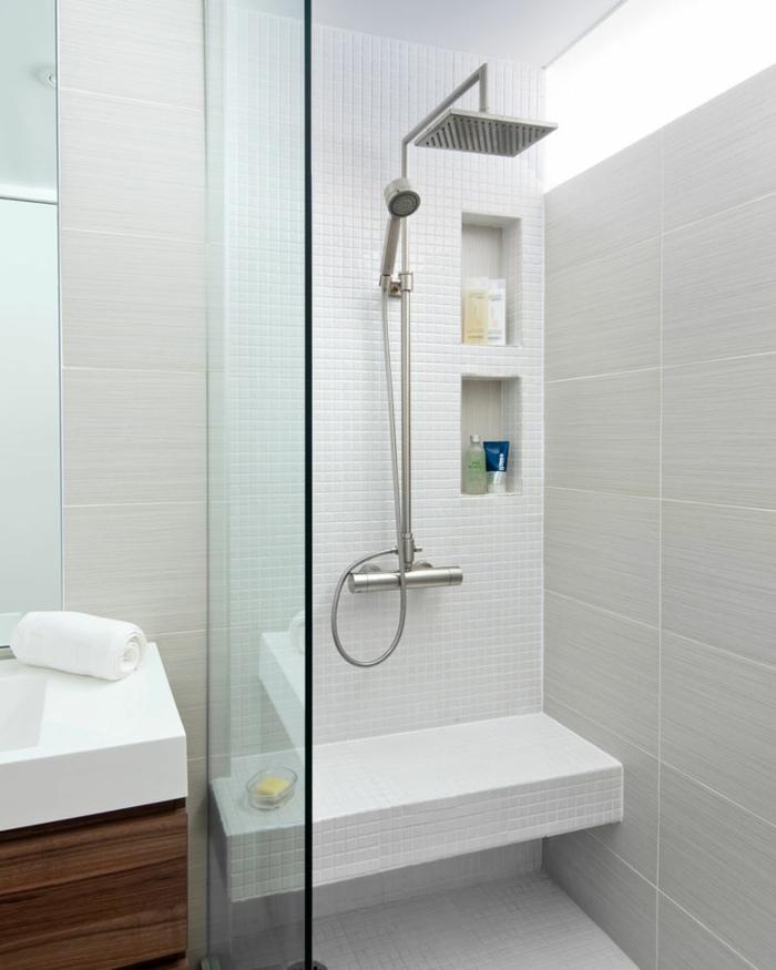 platos de ducha de obra, baño pequeño, mampara de vidrio, ducha de obra con gresite blanco y banco, ducha con efecto de lluvia