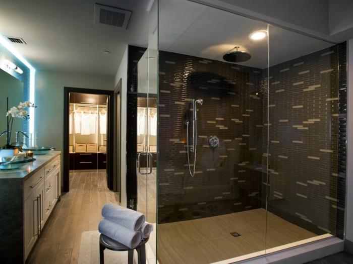 platos de ducha de obra, baño grande, ducha de obra con paredes de vidrio, gresite marrón, espejo grande, suelo de tarima