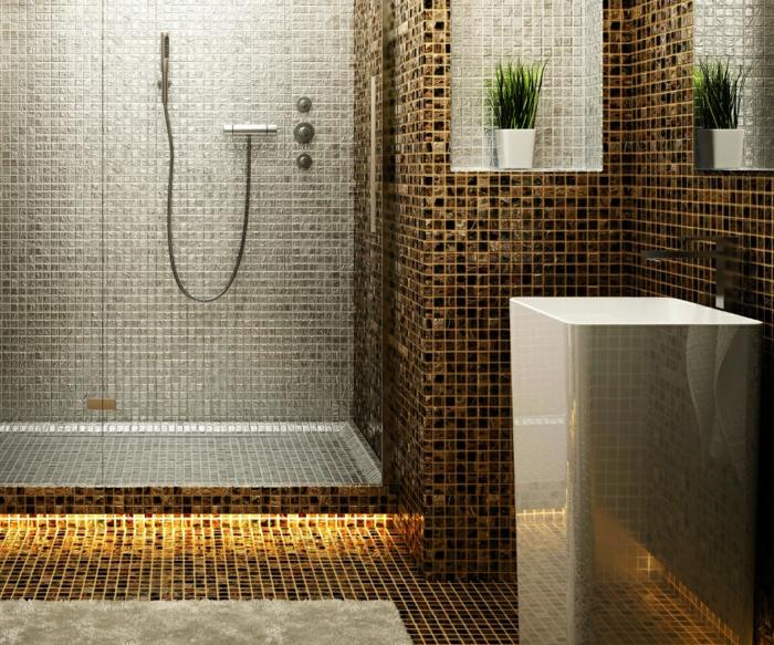 baños pequeños con ducha, ducha de obra separada con mampara de vidrio, paredes de gresito con nichos, tapete y planta verde