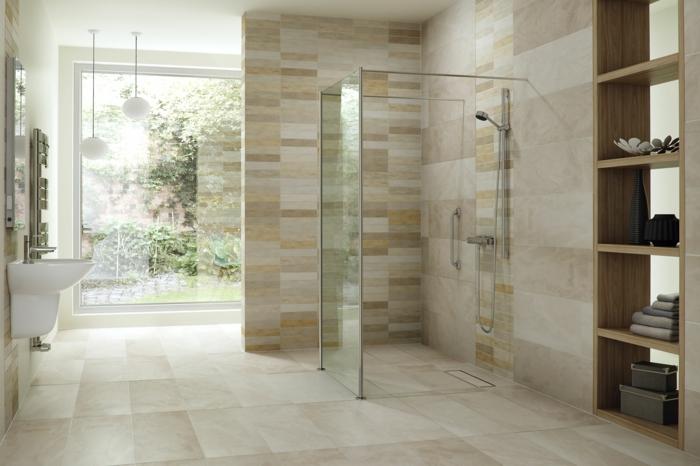 platos de ducha de obra, baño con mucha luz y ventanal, ducha de obra con paredes de vidrio, suelo y paredes con baldosas, estantería de madera