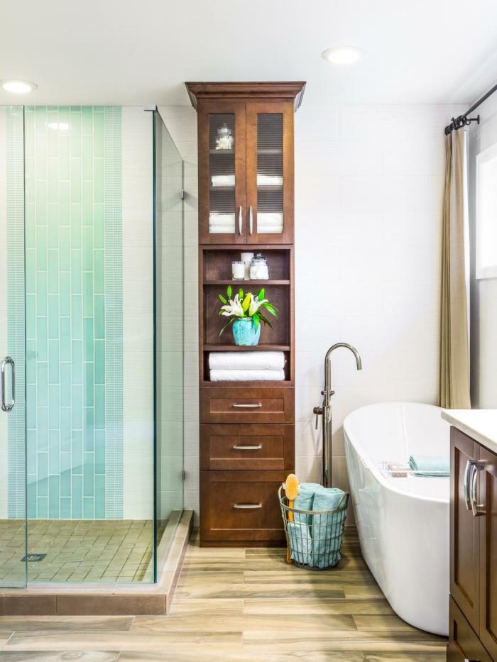 platos de ducha de obra, baño pequeño con bañera, suelo con atrima, ducha de obra con paredes de vidrio y suelo con baldosas