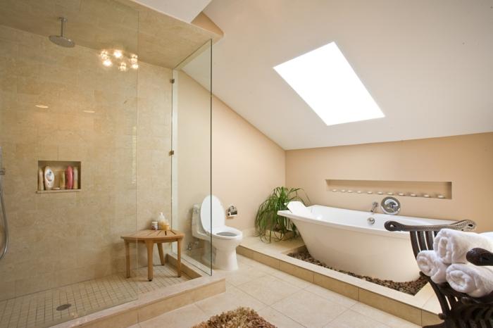duchas modernas, baño grande con techo inclinado y ventana, bañera blanca, suelo de baldosas, ducha de obra delimitado con mampara, silla de madera