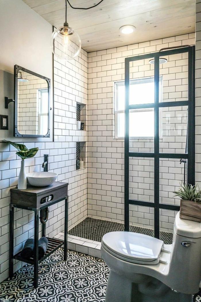 duchas modernas, baño pequeño en blanco y negro, ventana cuadrada, lámpara colgante, lavabo pequeño, suelo con azulejos, ducha de obra con mampara