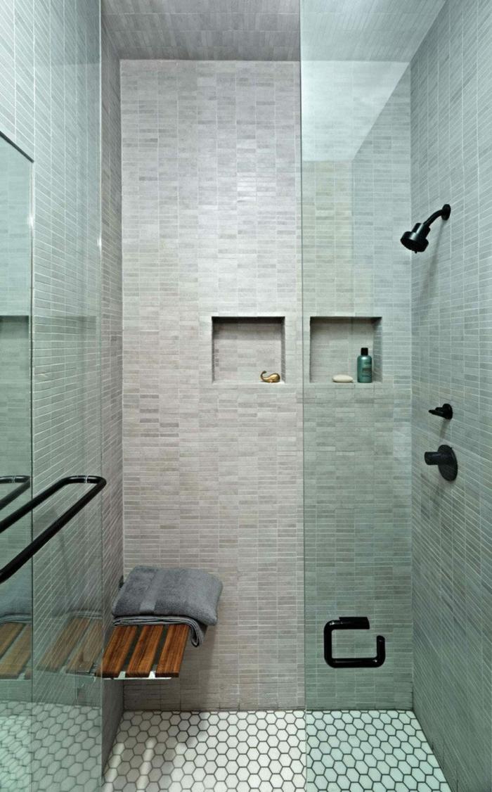 duchas modernas, baño pequeño, ducha deobra con nichos en la pared, paredes con baldosas, banco de madera