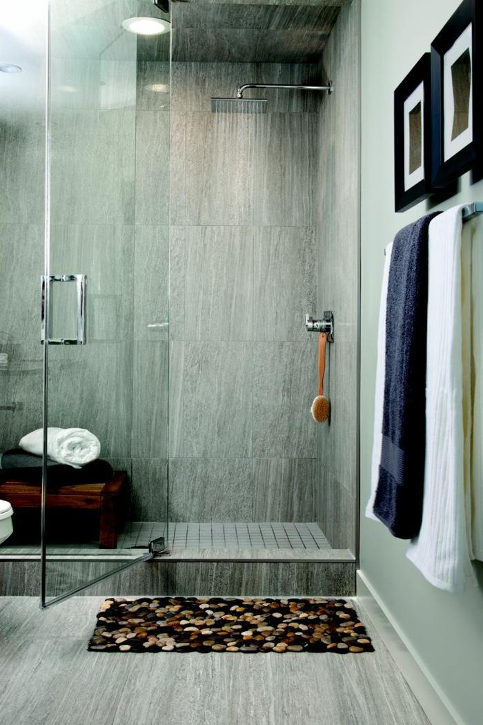 suelos para baños, baño pequeño, ducha de obra con baldosas, ducha con efecto lluvia, tapete de piedritas