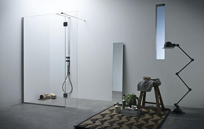 suelos para baños, baño moderno en habitación, paredes de vidrio, suelo de cemento, ventana y espejo alto