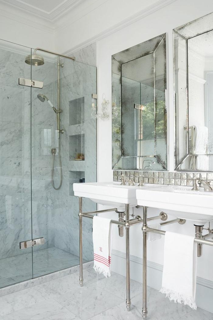 platos de ducha de obra, baño estilo vintage, lavabo doble, dos espejos, suelo de mármol, ducha con mampara de vidrio y nichos