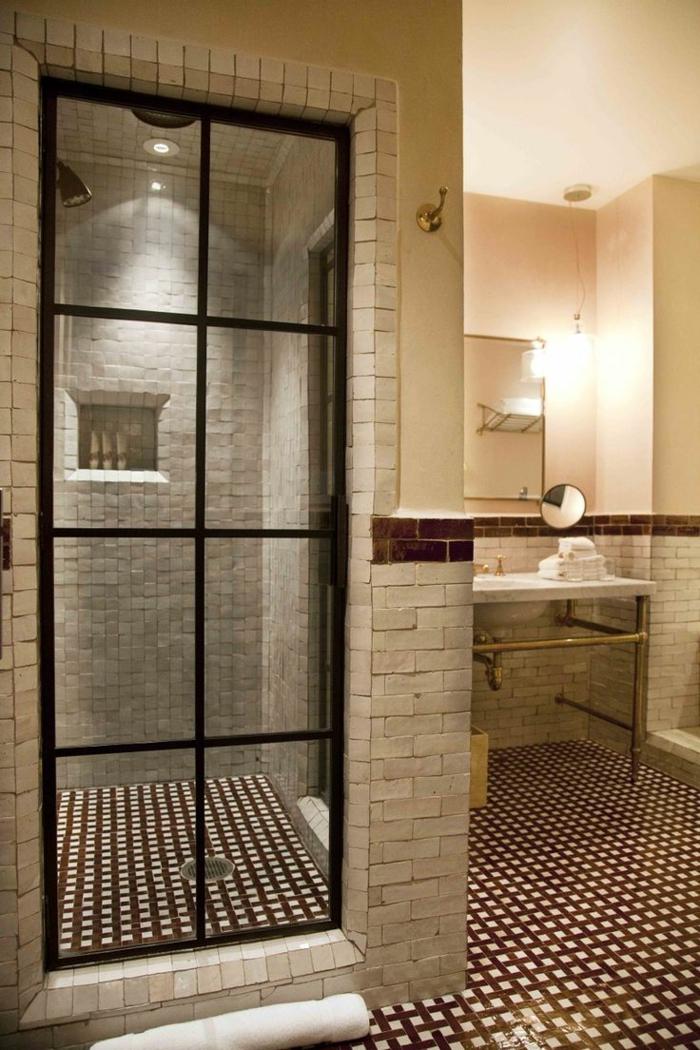 duchas modernas, baño con ducha de obra, paredes de ladrillo, puerta de vidrio con marco negro, nicho en pared
