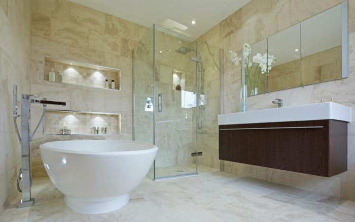 duchas de obra, baño en blanco y beige, suelo y paredes de baldosas, bañera pequyeña, ducha de obra con paredes de vidiro, orchidea blanca y espejo grande