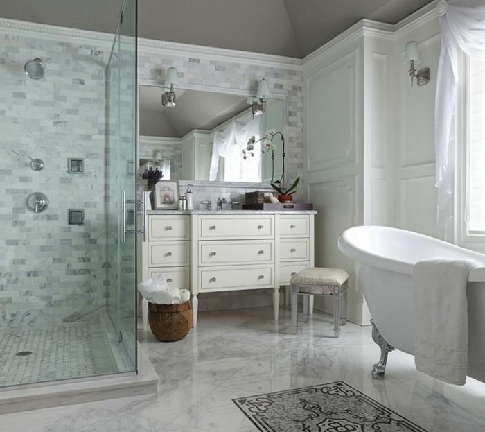 duchas de obra, baño con suelo de mármol, tocador con taburete, bañera blanca, ducha de obra con mampara de vidrio