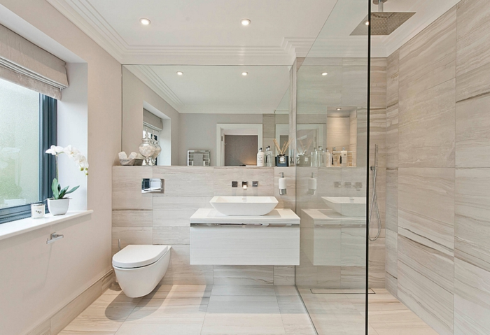 duchas de obra, baño grande, ducha con efecto de lluvia, suelo y paredes laminados, ventana grande, orchidea blanca