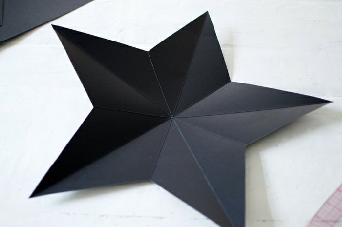 estrella de navidad, ornamento de cartón doblado en forma de estrella, etapas para conseguir una decoración tridimensional
