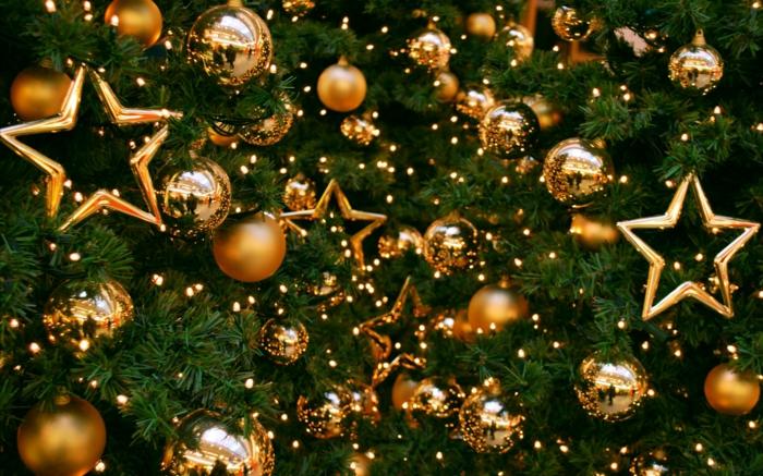 como hacer una estrella, arbol de navidad adornado de bolas y estrellas doradas de diferente tamaño, bolas relucientes y matte