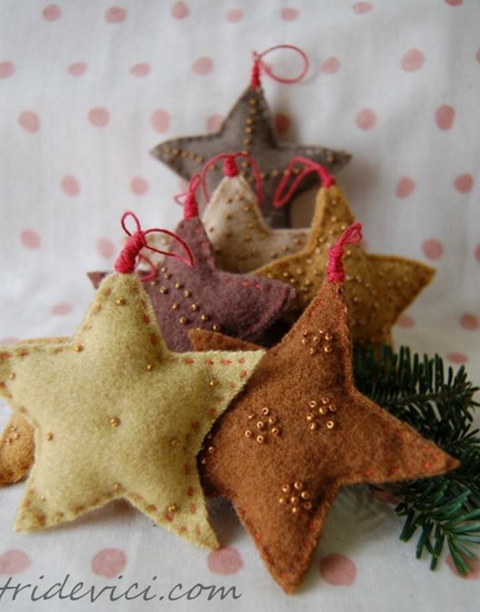 estrellas de navidad, manualidades faciles con coser, pequeños adornos de lana en beige y marrón en forma de estrellas