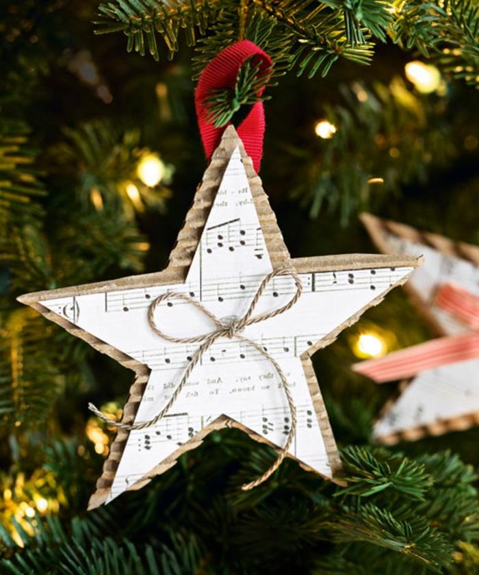estrellas de navidad, pequeño ornamento hecho a mano en forma de estrella, hecho de cartón y partituras viejas