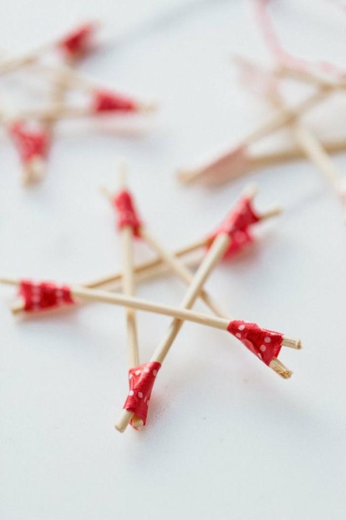 estrellas de navidad, palos de madera colocados en la forma de una estrella de cinco puntas, manualidades fáciles Navidad