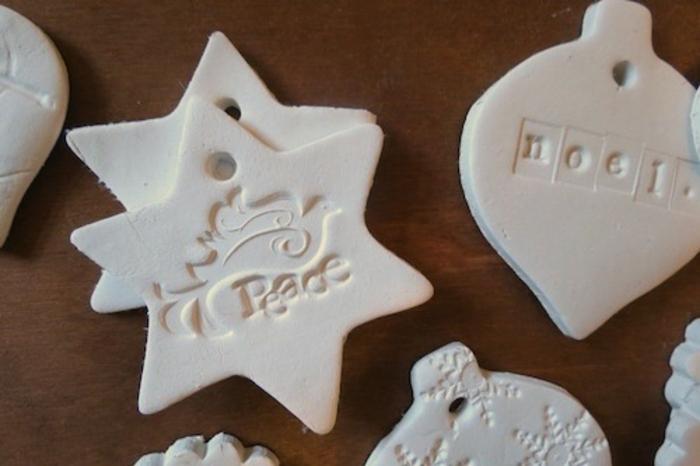 tipos de estrellas, ornamentos de arcilla con impresión de paloma en forma de estrella, motivos navideños DIY