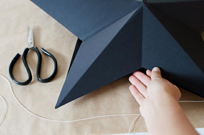 estrella de navidad, manualidades navideños, embalaje de regalos tridimensional de cartón negro, hilo y tijeras