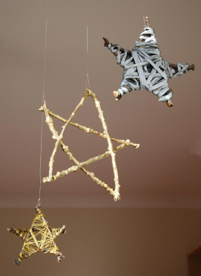tipos de estrellas, artesanías para navidad, estrellas colgadas en el techo, hechas de palos de madera y envueltas de cintas