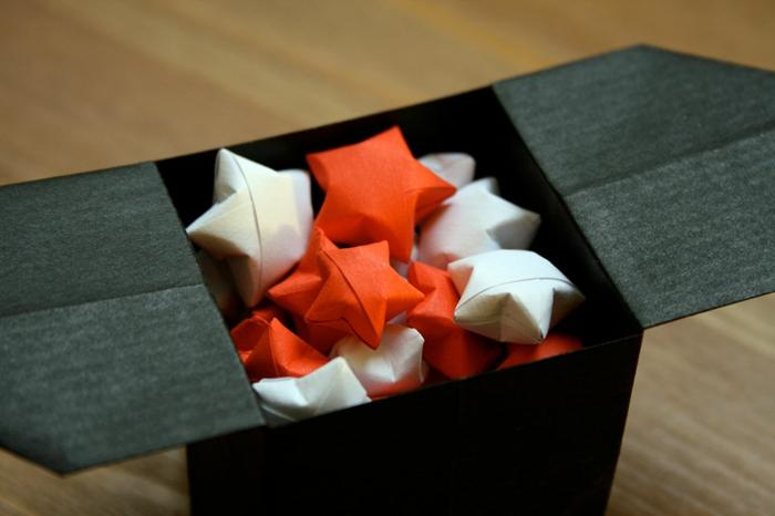 tipos de estrellas, mini-estrellas de papel en caja negra, manualidades faciles para navidad, adornos en blanco y naranja