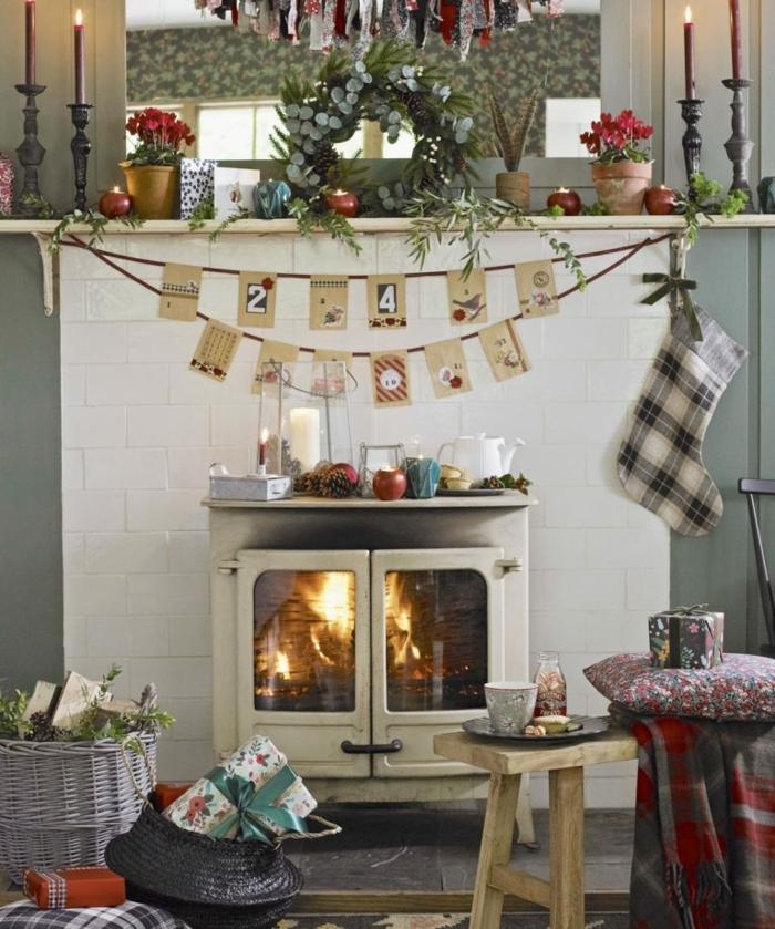 chimenea, estufa de leña vintage, rincón acogedor con mucha decoración de cumpleaños, candelabros vintage, flores y corona decorativa