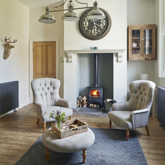 estufa leña, salón acogedor en estilo clásico, muebles en capitoné en gris, elementos rústicos, suelo de parquet