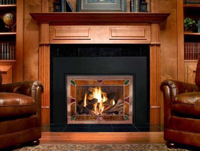 chimeneas modernas, chimenea de acero con vidrio decorado en salón de madera con sillones en marrón tapizadas con piel