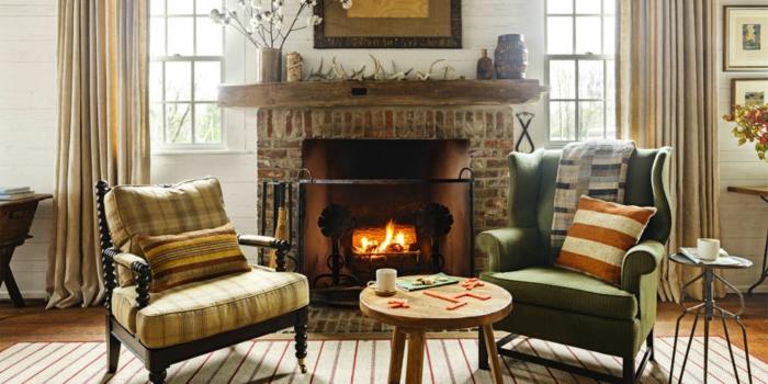 chimenea, rincón acogedor con chimenea de leña y dos sillones vintage, cortinas en beige